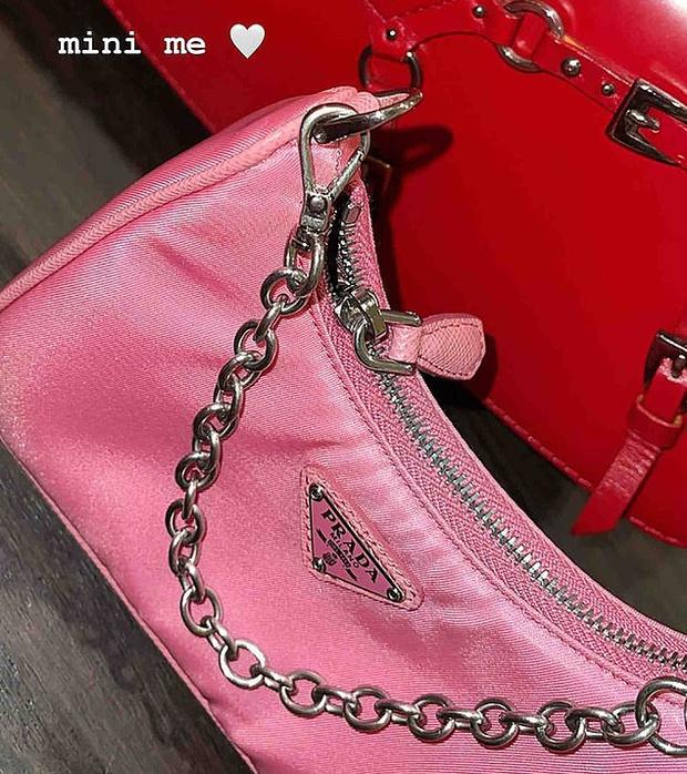 Фото №2 - Кайли Дженнер подарила 2х-летней дочке сумку за 100 000 рублей