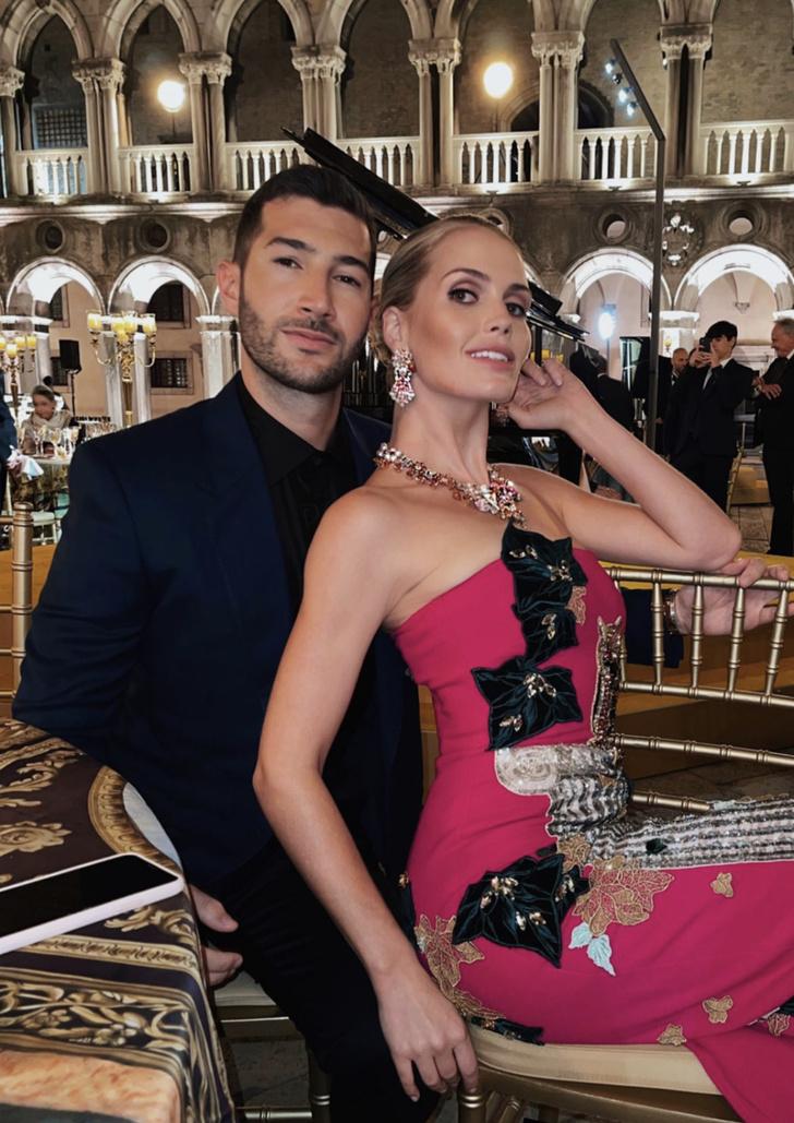 Фото №3 - Леди Китти Спенсер в малиновом платье-футляре намекает, кто здесь настоящая муза Dolce&Gabbana