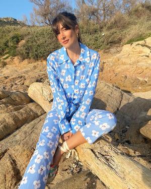 Фото №1 - Француженка Жюли Феррери в голубом костюме с цветами, который не вредит планете