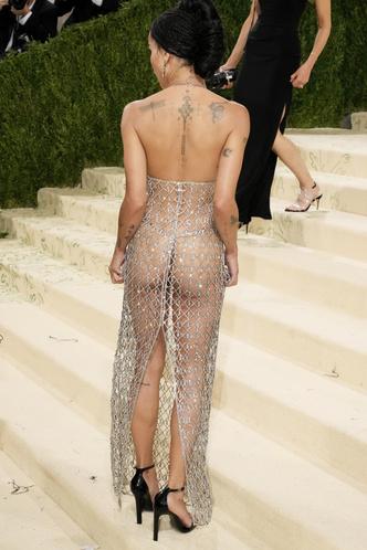 Фото №9 - В стиле сексуальной Одри Хепберн: самые провокационные «голые» платья на Met Gala