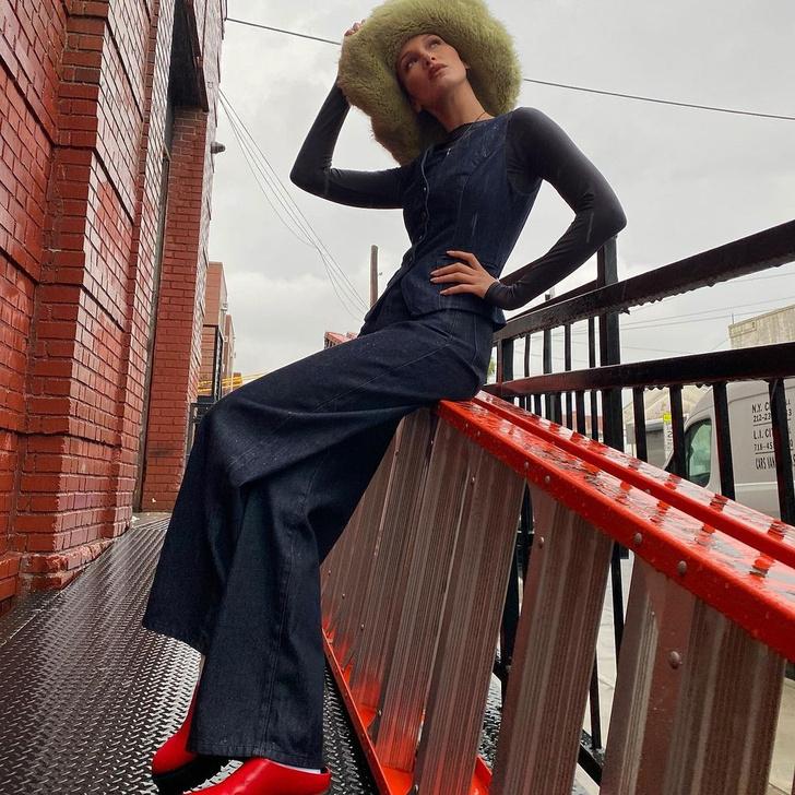 Фото №1 - Меховая шляпа и джинсовый костюм: Белла Хадид вернулась в 00-е