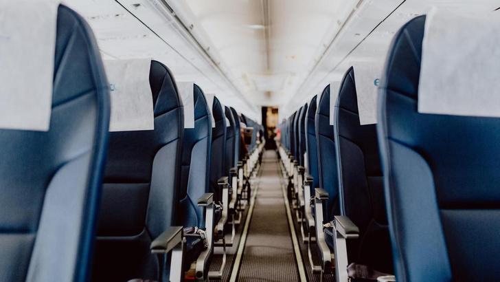 Фото №1 - У окна или у прохода: какие места в самолете безопаснее