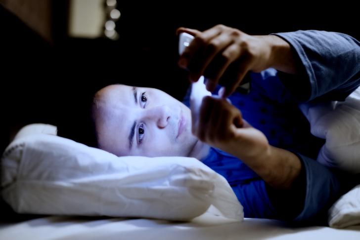 Фото №1 - Подзарядка гаджетов во время сна способствует развитию ожирения и диабета