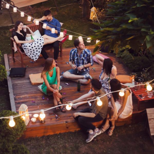 Фото №1 - Гадаем на бокалах: Какую летнюю вечеринку тебе стоит организовать? 🍸