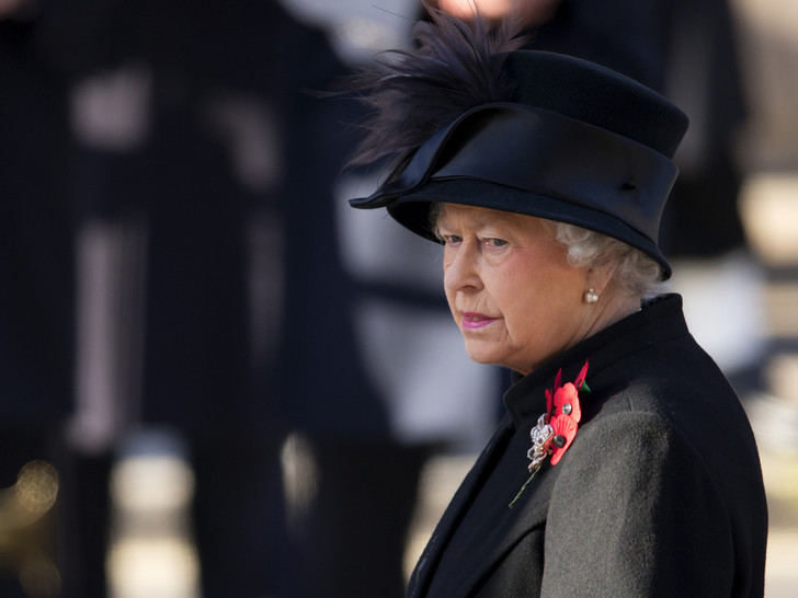 Фото №1 - Королевская траурная традиция, которую нарушила Елизавета