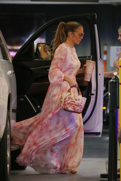 Фото №2 - Джей Ло гуляет в туфлях, которые у впечатлительных вызовут акрофобию