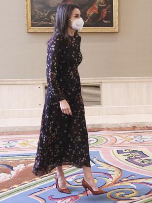 Фото №2 - Универсальный наряд: самое любимое платье королевы Летиции (спойлер— оно из масс-маркета)