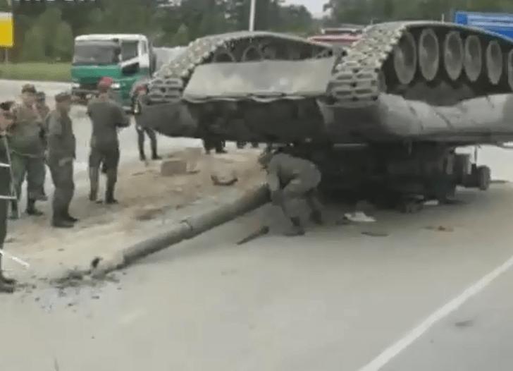 Фото №1 - На трассу на Сахалине упал танк (видео прилагается)