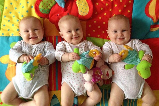 Фото №1 - Родители придумали оригинальный способ различать тройняшек