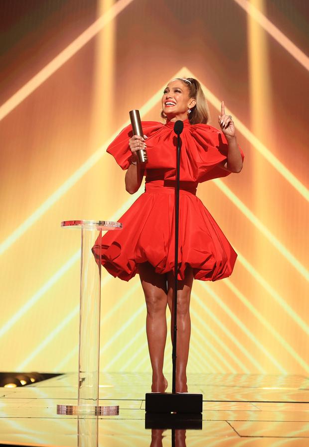 Фото №1 - Огонь! Дженнифер Лопес в кукольном красном мини-платье подтверждает статус иконы стиля