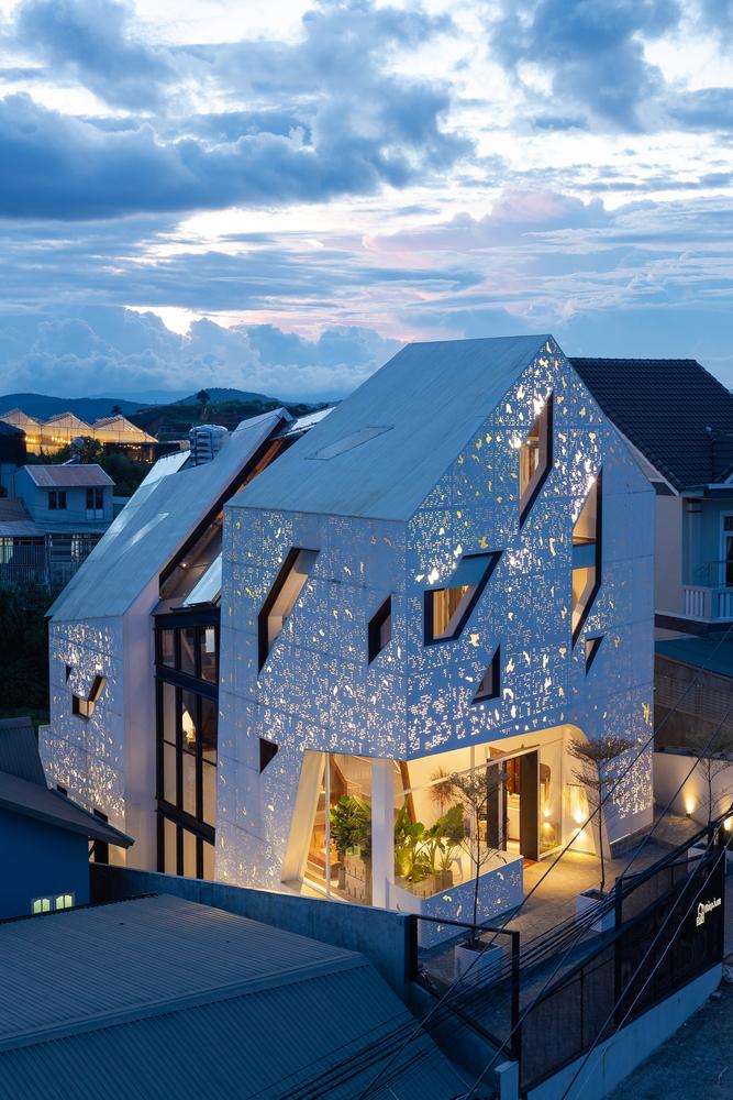 Фото №2 - Отель с перфорированными фасадами во Вьетнаме