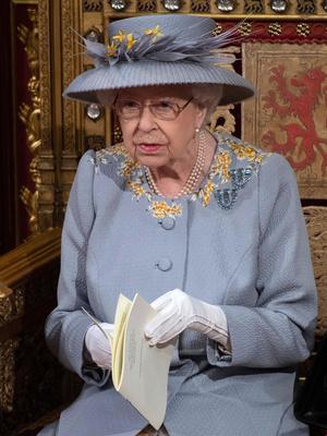 Фото №3 - Лавандовое пальто и никакой короны: первый (и очень важный) выход Елизаветы после траура