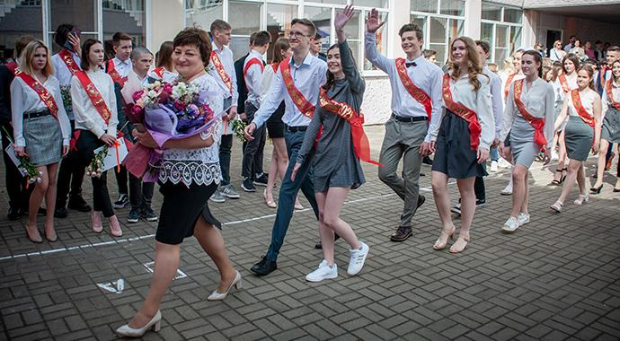 Выпускники станцевали перед роддомом учительницы и растрогали россиян
