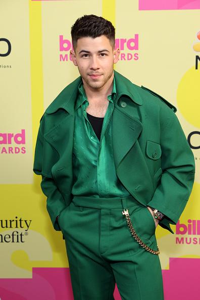 Фото №3 - Чистый изумруд: лучший мужской образ на Billboard Music Awards 2021— костюм Ника Джонаса