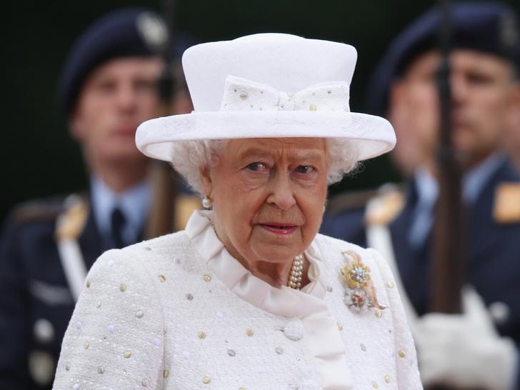 Фото №1 - От банкетов до бумаги: когда и куда Королева тратит свое состояние