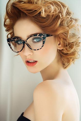Фото №1 - Полезные бьюти-хаки для девушек, которые носят очки