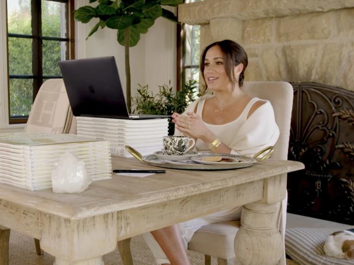 Фото №1 - Особые символы: что на самом деле означают загадочные украшения Меган в ее последнем видео