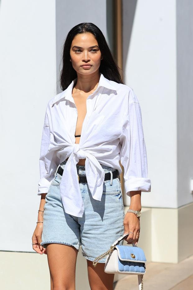 Фото №1 - Джинсовые шорты правильной длины— лучшая покупка лета: с чем их носить показывает модель Шанина Шейк