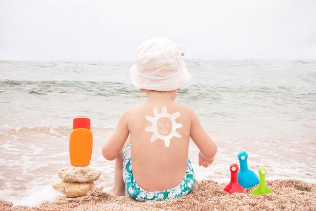Фото №1 - Врачи советуют не использовать солнцезащитный спрей для детей