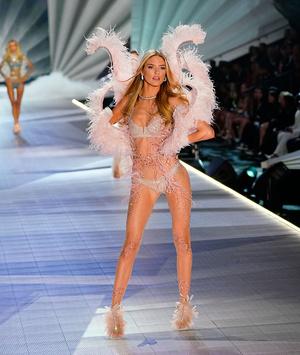 Фото №2 - Как тесто: ангел Victoria's Secret показала дряблый живот