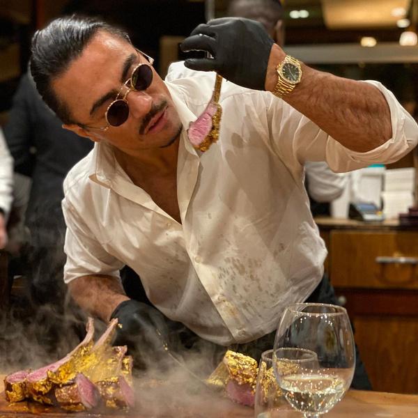 Фото №1 - Мем-повар откроет ресторан в Лондоне с золотыми стейками