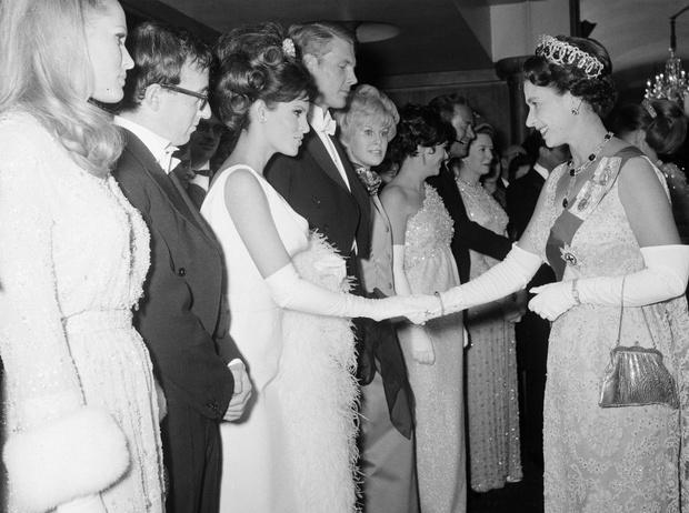 Фото №5 - Как звезды одевались на встречи с Королевой: от гламура Мэрилин Монро до латекса Леди Гаги