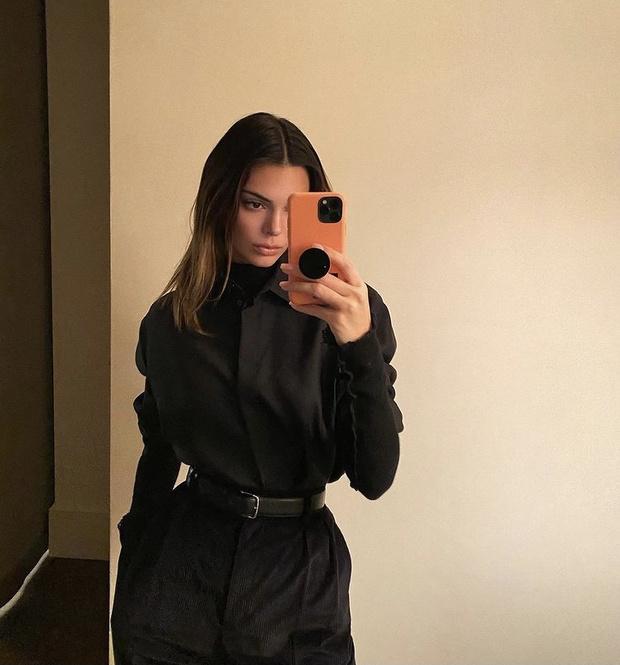 Фото №2 - Леди в черном: Белла Хадид в кожаном жилете и Кендалл Дженнер в бархатных брюках