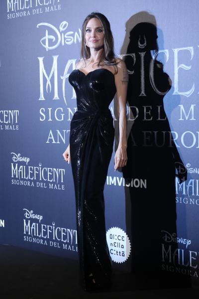 Анджелина Джоли вышла в свет в платье с эффектом накладной груди