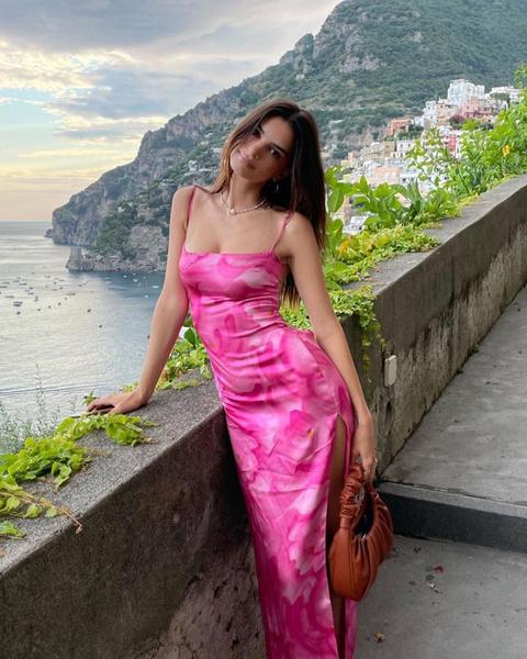 Фото №1 - Выбираем идеальный образ для летнего отдыха как у Эмили Ратаковски