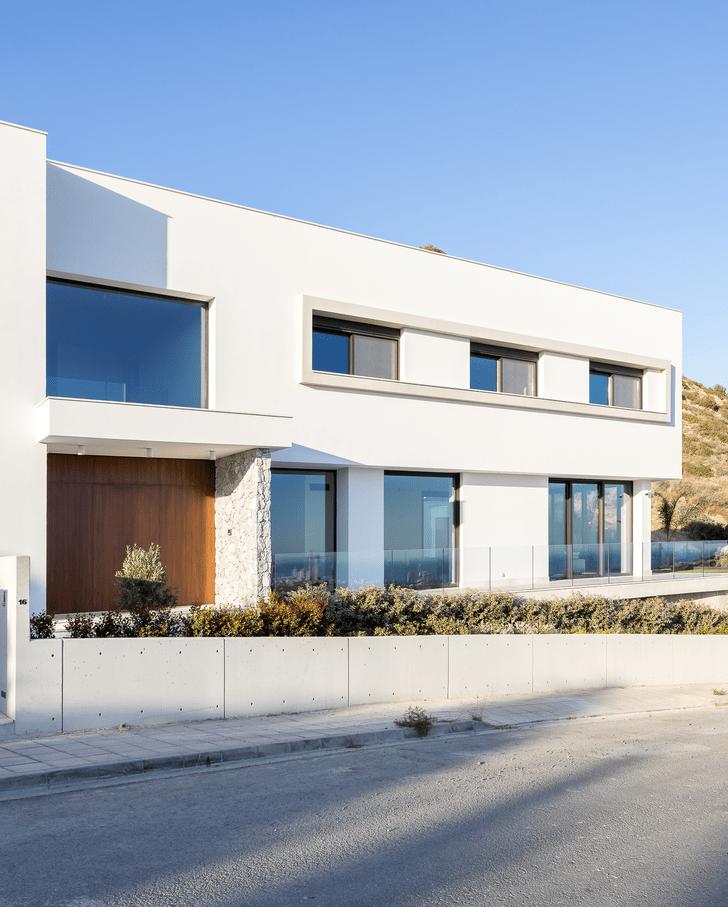 Фото №1 - Минималистская вилла с панорамными окнами на Кипре