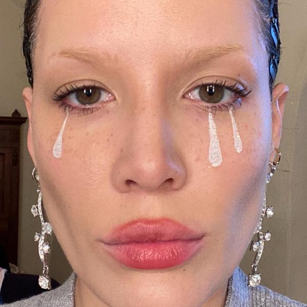 Фото №3 - Зеленые тени, жемчуг на лице и белая подводка: главные бьюти-тренды осеннего макияжа от Холзи