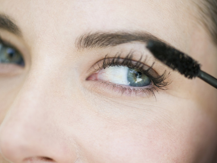 Фото №3 - Опасная красота: как косметика может навредить вашим глазам
