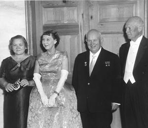 Фото №5 - От Хрущевой до Путиной: как выглядели и одевались первые леди нашей страны