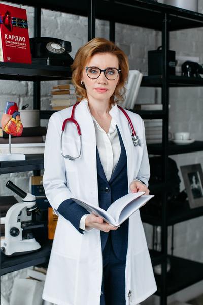 Фото №1 - Почему болит сердце, даже если я отдыхаю: отвечает кардиолог