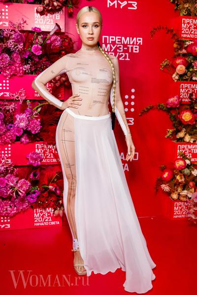 Фото №4 - «Голая» Клава Кока, любвеобильный Филипп Киркоров и розовый Даня Милохин: самые яркие наряды звезд на «Премии Муз-ТВ»