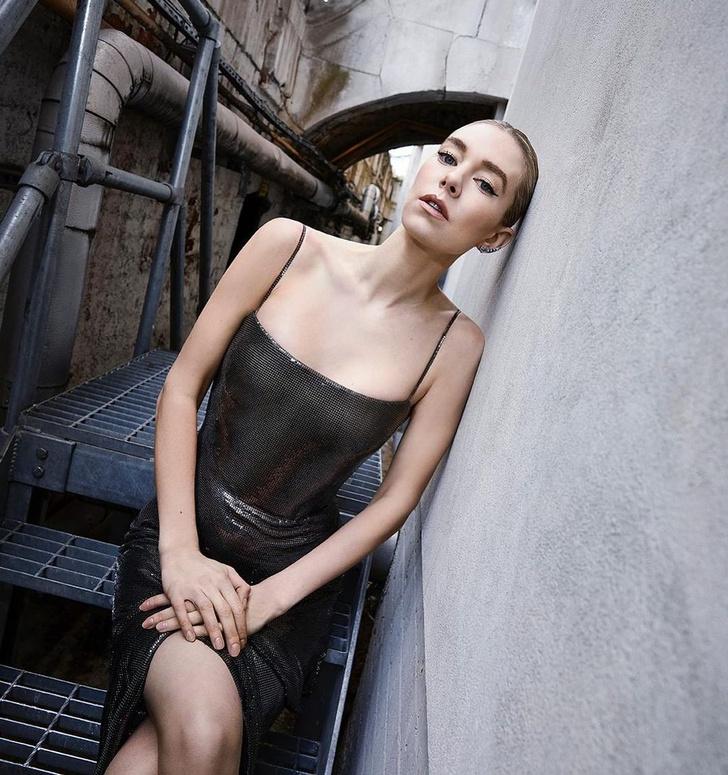 Фото №3 - Ожившая статуя: Ванесса Кирби в платье Atelier Versace из металлической сетки