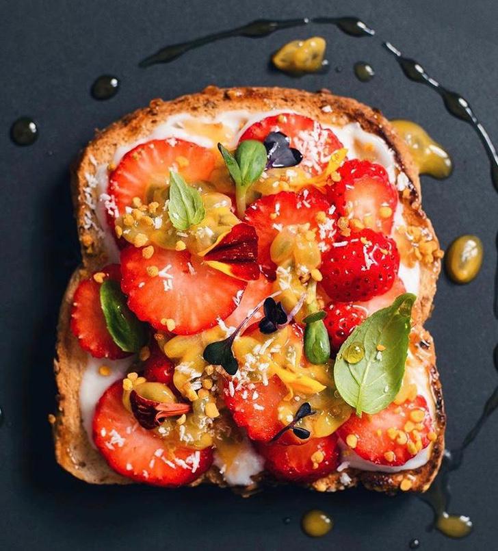 Фото №7 - Фуд-тренд: самые красивые тосты инстаграма— с арахисовой пастой и кленовым сиропом