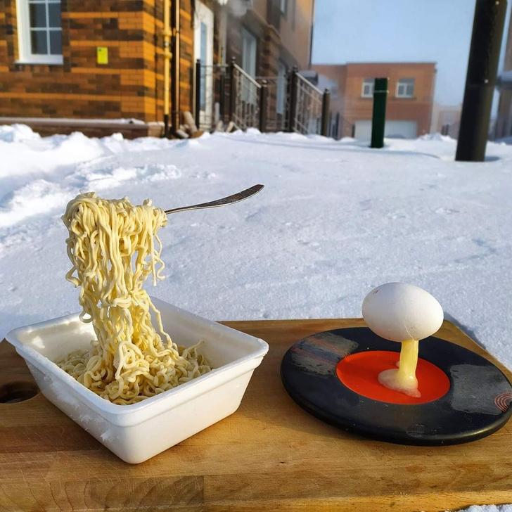 Фото №1 - В Сибири запустили «дубак-челлендж»: как ведут себя «Доширак», одежда и кипяток при температуреминус 50