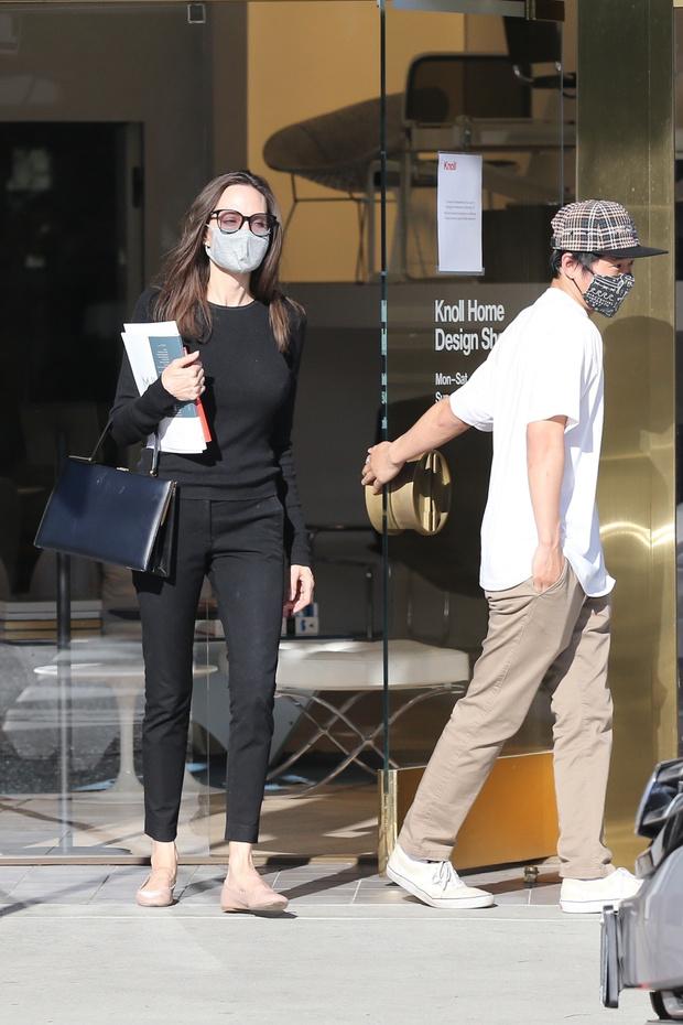 Фото №1 - Анджелина Джоли в очень узких джинсах, наконец, продемонстрировала головокружительную фигуру
