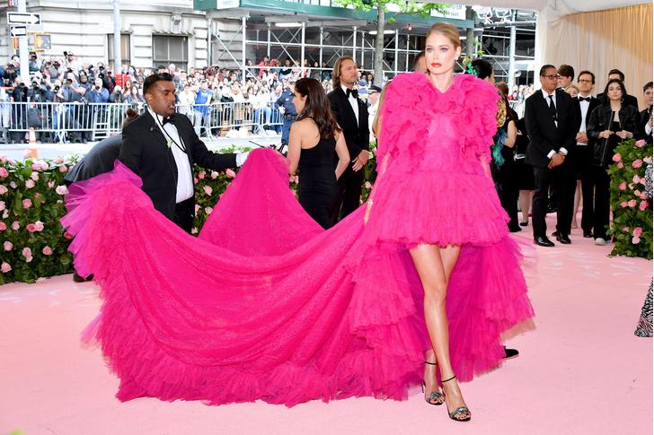 Фото №1 - Незабываемый след: 25 роскошных звездных платьев с шлейфами