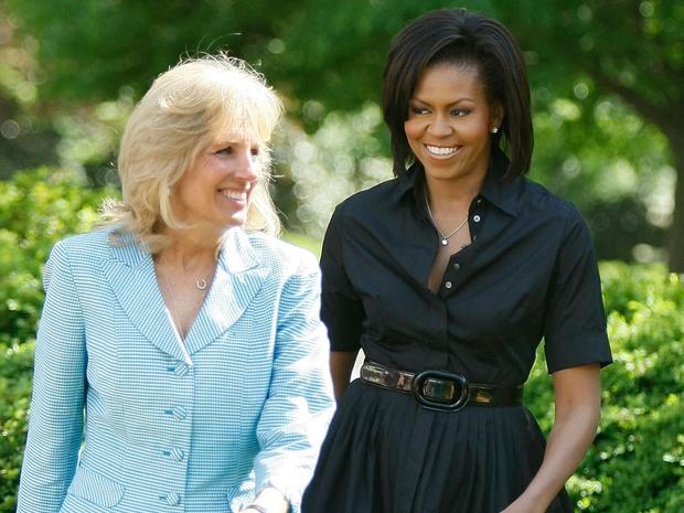 Фото №1 - Любезность Первых леди: неожиданный (но очень милый) подарок Мишель Обаме от Джилл Байден