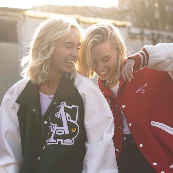 Фото №1 - 5 простых причесок для фотосессии с сестрой: показывают близняшки Мантлер👭