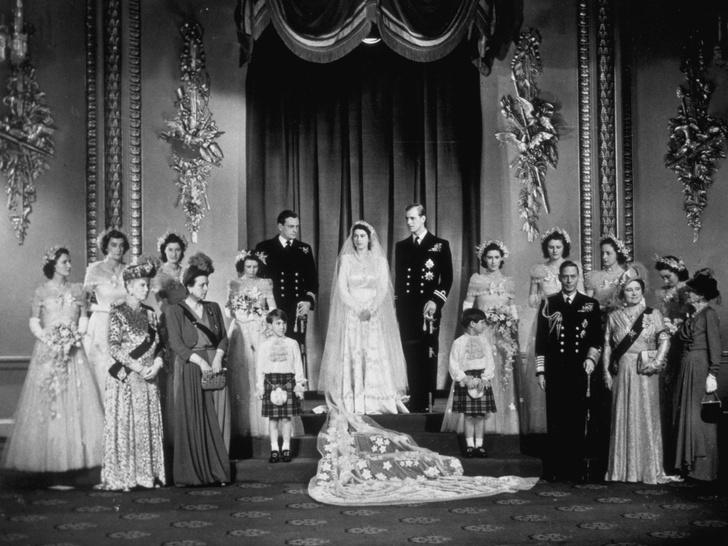 Фото №3 - Королевский конфуз: почему Елизавете и принцу Филиппу пришлось переснять свои свадебные фото