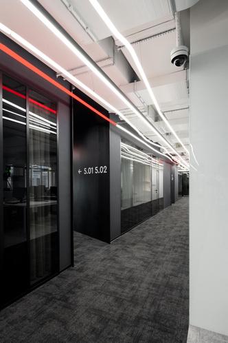 Фото №5 - Стильный монохромный офис цвета смолы в Санкт-Петербурге