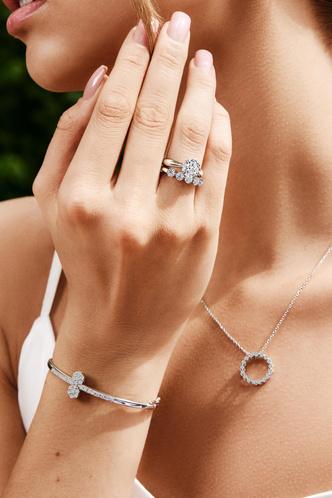 Фото №2 - Украшения, как у Аны де Армас: лучшие кольца, серьги и подвески из коллекции ALROSA