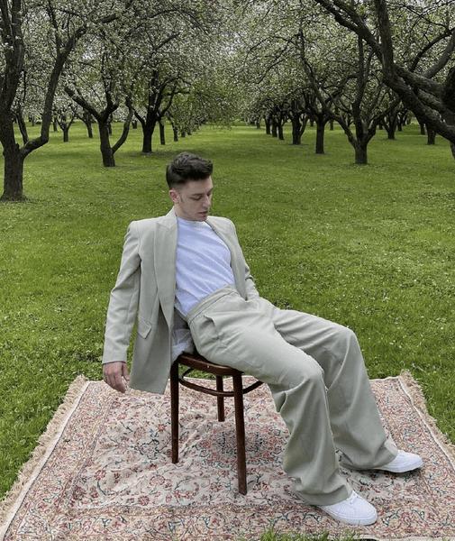 Фото №2 - «Нет» шортам! Рассказываем, как выбрать легкие мужские штаны на лето 🙌