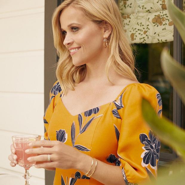 Фото №1 - В оттенках осени: яркий наряд Риз Уизерспун для ужина с друзьями