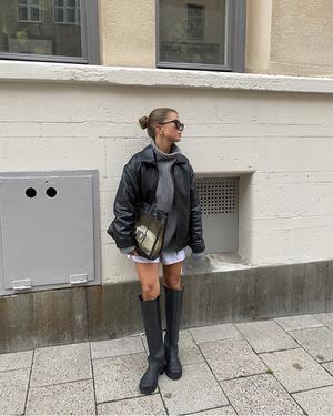 Фото №1 - Игра на контрастах: носите короткие шорты и юбки с высокими резиновыми сапогами