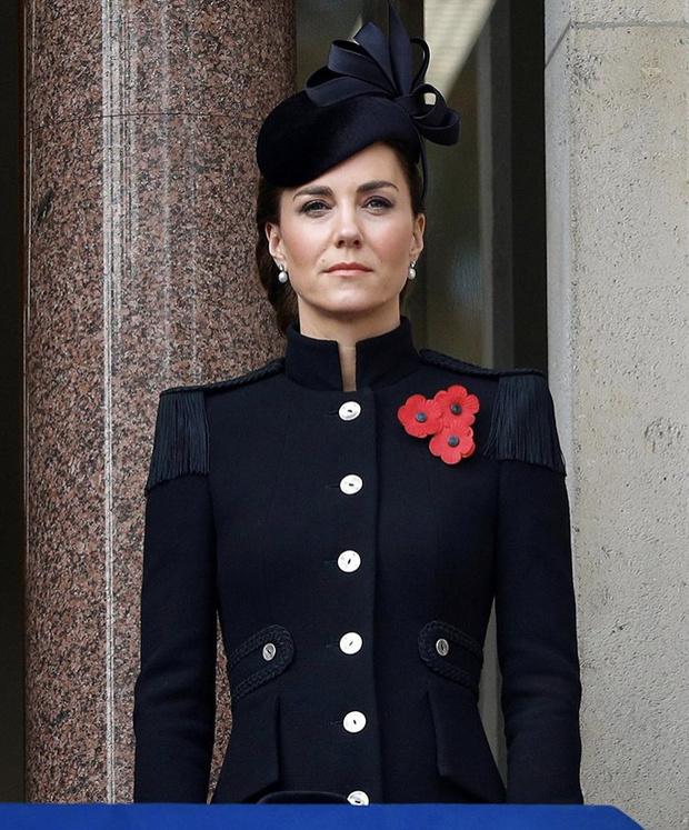 Фото №1 - Сама элегантность: Кейт Миддлтон впервые после начала пандемии встретилась с королевской семьей