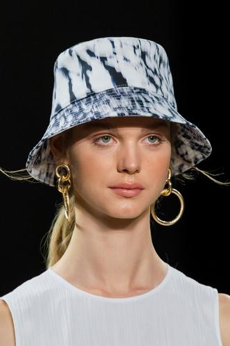 Фото №14 - Панамы, шляпы, кепки: самые модные головные уборы лета 2021
